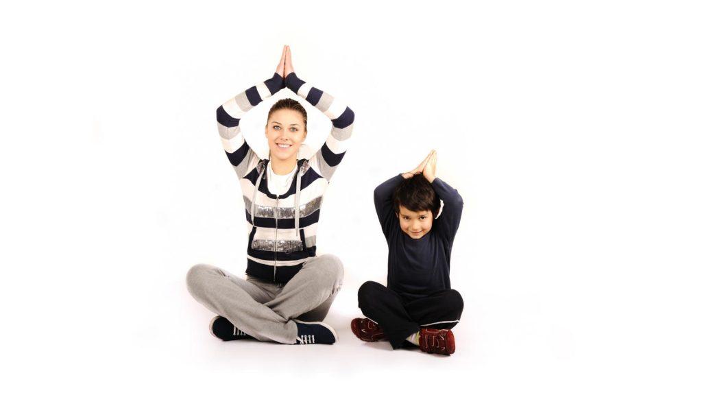 Adulte pratiquant le yoga avec un enfant